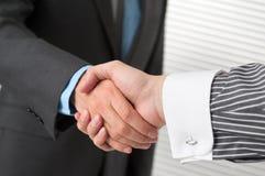 Бизнесмены трястия руки над делом Стоковые Фотографии RF