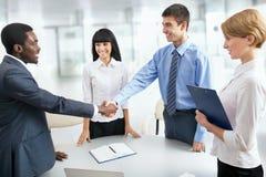 Бизнесмены трястия руки Стоковая Фотография