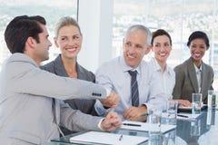 Бизнесмены тряся их руки во время конференции Стоковое Изображение