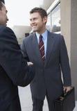 Бизнесмены тряся руки вне офиса Стоковые Фото