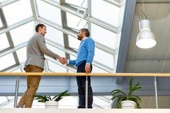 Бизнесмены тряся руки внутри помещения Стоковая Фотография