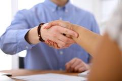 Бизнесмены тряся руки в офисе интерьеров битника Стоковые Изображения RF