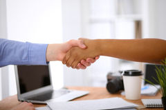 Бизнесмены тряся руки в офисе интерьеров битника Стоковые Изображения
