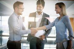 Бизнесмены тряся руки в офисе Успешное peo дела Стоковое Изображение RF
