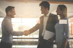 Бизнесмены тряся руки в офисе Стоковая Фотография RF