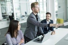 Бизнесмены тряся руки в офисе Стоковые Фотографии RF