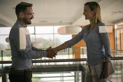 Бизнесмены тряся руки в офисе Стоковое Изображение RF