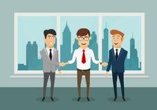 Бизнесмены тряся руки в современном офисе Стоковая Фотография RF