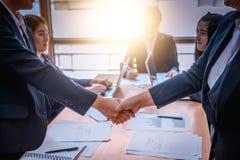 Бизнесмены тряся руки друг с другом Успешное busine Стоковое фото RF