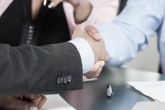 Бизнесмены тряся руки, заканчивая вверх встретить стоковое фото rf