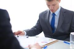 Бизнесмены тряся руки, заканчивая вверх встречу вектор людей jpg иллюстрации дела Стоковые Изображения RF