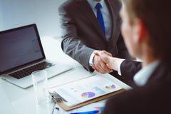 Бизнесмены тряся руки, заканчивая вверх встречу вектор людей jpg иллюстрации дела Стоковое Изображение