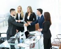 Бизнесмены тряся руки, заканчивая вверх встречу Стоковые Изображения