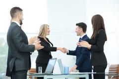 Бизнесмены тряся руки, заканчивая вверх встречу Стоковая Фотография RF