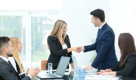 Бизнесмены тряся руки, заканчивая вверх встречу Стоковые Фотографии RF