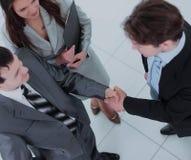 2 бизнесмены тряся руки и смотря один другого с Стоковое Фото