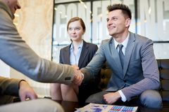 Бизнесмены тряся руки на встрече Стоковая Фотография RF