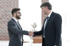 Бизнесмены тряся руки на деловой встрече в офисе Стоковые Фото
