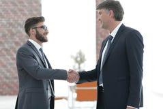 Бизнесмены тряся руки на деловой встрече в офисе Стоковое фото RF