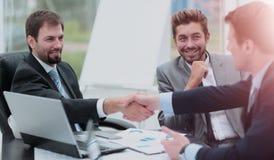 2 бизнесмены тряся руки на деловой встрече с t Стоковые Изображения