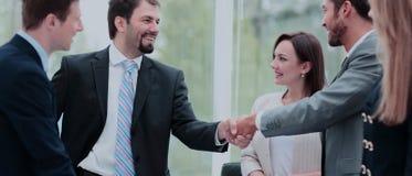 2 бизнесмены тряся руки на деловой встрече с t Стоковое Изображение RF