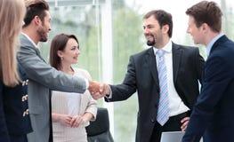 2 бизнесмены тряся руки на деловой встрече с t Стоковое Изображение