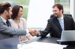 2 бизнесмены тряся руки на деловой встрече с t Стоковое фото RF