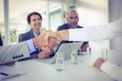 Бизнесмены тряся руки на интервью Стоковые Фотографии RF
