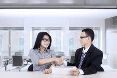 Бизнесмены тряся руки на рабочем месте Стоковая Фотография