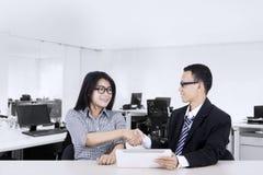 Бизнесмены тряся руки на столе Стоковое Изображение