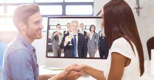 Бизнесмены тряся руки пока имеющ видеоконференцию при коллеги держа glasse шампанского Стоковые Фотографии RF