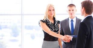 Бизнесмены тряся руки после встречать в офисе Стоковая Фотография