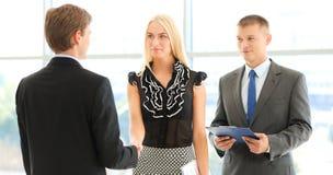 Бизнесмены тряся руки после встречать в офисе Стоковые Изображения