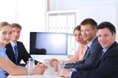 Бизнесмены тряся руки после встречать в офисе Стоковое фото RF