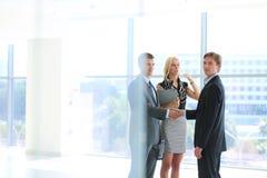Бизнесмены тряся руки после встречать Стоковые Изображения