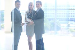 Бизнесмены тряся руки после встречать Стоковые Фотографии RF