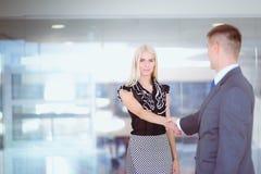 Бизнесмены тряся руки после встречать Стоковые Изображения RF