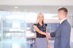 Бизнесмены тряся руки после встречать Стоковая Фотография