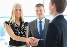 Бизнесмены тряся руки после встречать в офисе Стоковая Фотография RF