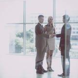 Бизнесмены тряся руки после встречать в офисе Стоковые Фотографии RF
