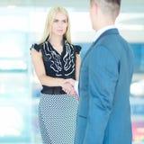 Бизнесмены тряся руки после встречать в офисе Стоковое Фото