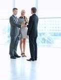 Бизнесмены тряся руки после встречать в офисе Стоковые Изображения RF