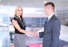 Бизнесмены тряся руки после встречать в офисе Стоковое Изображение