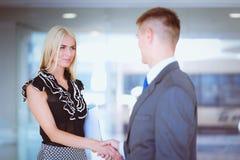 Бизнесмены тряся руки после встречать в офисе Стоковое Изображение RF