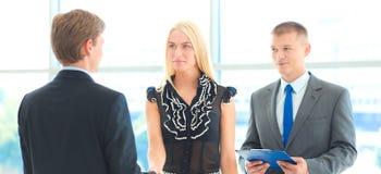 Бизнесмены тряся руки после встречать в офисе Стоковые Фото