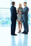 Бизнесмены тряся руки после встречать Стоковое Изображение