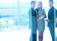 Бизнесмены тряся руки после встречать Стоковое Изображение RF