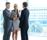 Бизнесмены тряся руки после встречать Стоковое Фото