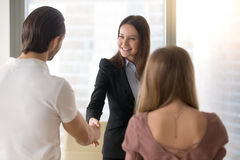 Бизнесмены тряся руки, приветствуя рукопожатие с клиентами a Стоковые Изображения