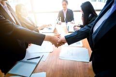 Бизнесмены тряся руки друг с другом Успешное busine Стоковые Изображения